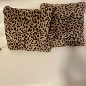 Leopard decorative pillow set